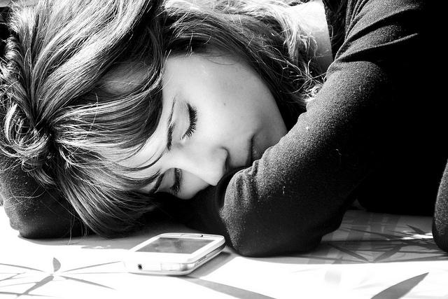 Tyrimas: dauguma lietuvių miega su telefonu