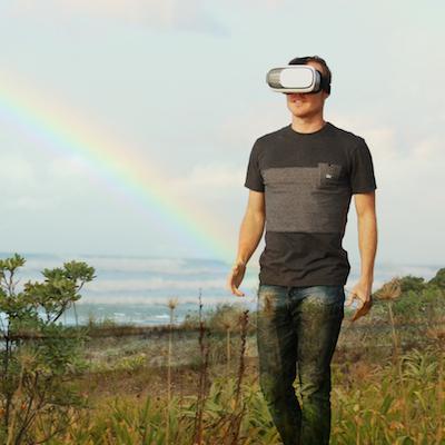 Virtualus pasimatymas su virtualios realybės akiniais.