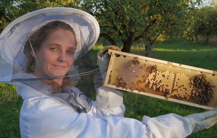 Po ilgų tyrinėjimų įkūrė bityną ir ėmėsi apiterapijos