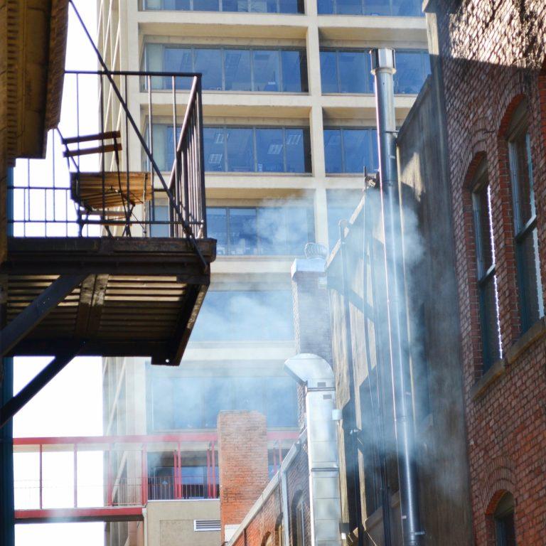 Tabako dūmų surinktuvas gyvenamųjų namų balkonuose
