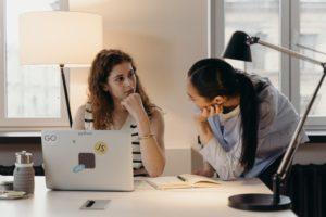 Pareigų trumpiniai: kaip nepasiklysti tarp CTO, COO, CMO ir kt.